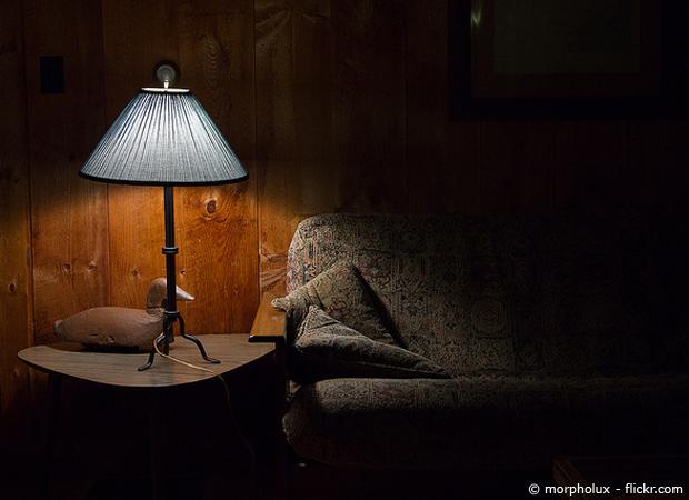 Kleine Lampe auf dem Wohnzimmer-Tisch