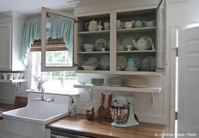 florales Porzellan in einer Landhausküche