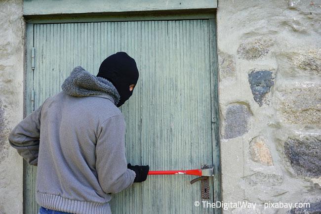 Sichern Sie sich vor Einbruch-Diebstahl und bitten Sie Nachbarn, ab und zu vorbeizuschauen