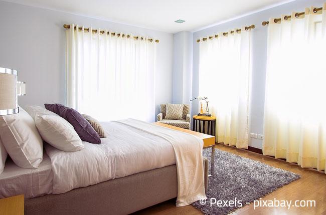 Gardinen im Schlafzimmer schirmen Licht und eventuellen Lärm ab