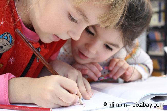 In einem Kinderzimmer für Zwei sollte auch ausreichend Platz für gemeinsame Hausaufgaben sein