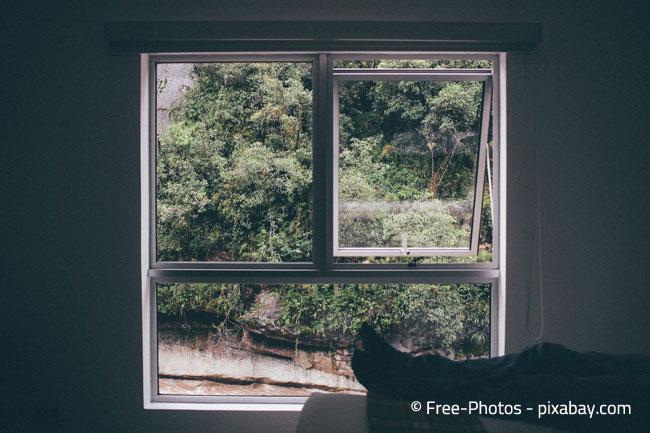 Öffnen Sie die Fenster ausschließlich zu den Schlafenszeiten, um am Tag nicht unnötig Wärme in die Wohnung zu lassen