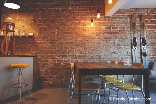 Moderner Essbereich mit Bar-Bereich