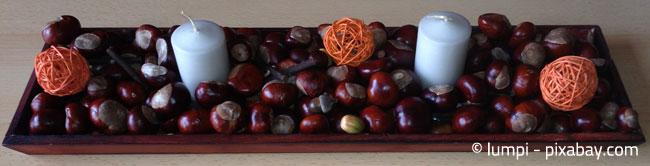 Ein Tablett mit Kerzen und Kastanien ist schnell gestaltet und sieht zudem noch sehr geschmackvoll aus