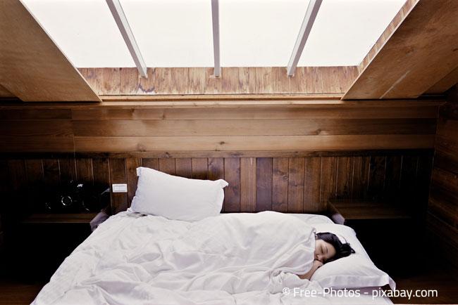 Im Schlafzimmer ist ein Bett die optimale Lösung für eine Dachschräge
