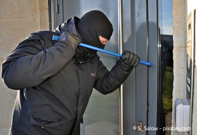 Oftmals gelangen Einbrecher durch das Aufhebeln von Türen und Fenstern ins Innere