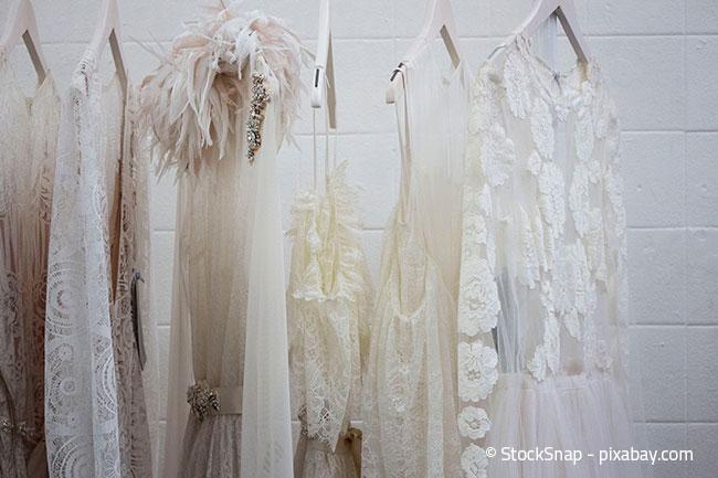 Sortieren Sie Ihre Garderobe im Kleiderschrank, so entsteht mehr Stauraum