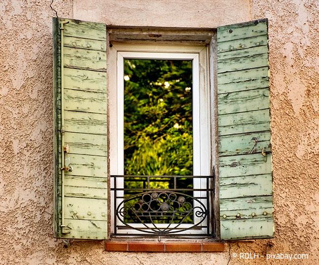 Französische Fenster und Balkone bieten zwar nicht viel Platz, lassen sich dennoch mit einigen Tricks wunderbar dekorieren