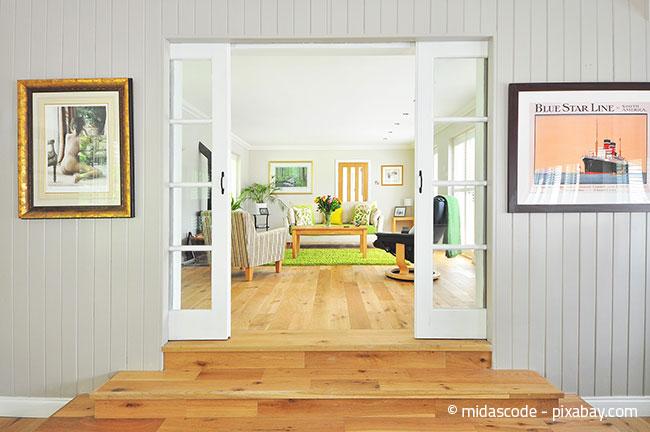 Grüne Accessoires im Wohnzimmer, zum Beispiel in Form eines Teppichs, läuten optimal den Frühling ein.