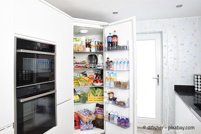 Achten Sie auf die verschiedenen Kältebereiche im Kühlschrank und räumen Sie die Lebensmittel entsprechend ein