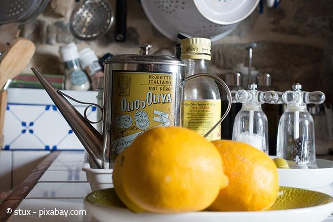 Zitrone und Olivenöl sind ein wunderbares Hausmittel für Ihre Holzmöbel