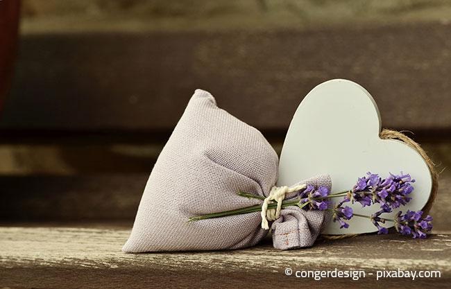 Kleine Säckchen gefüllt mit Lavendel können helfen, Ihren Kleiderschrank vor Mottenbefall zu schützen