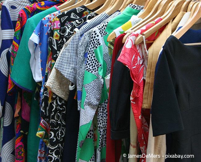 Kontrollieren Sie Ihre Kleidung regelmäßig auf Mottenlöcher, denn der Kleiderschrank ist für sie ein besonders beliebter Ort