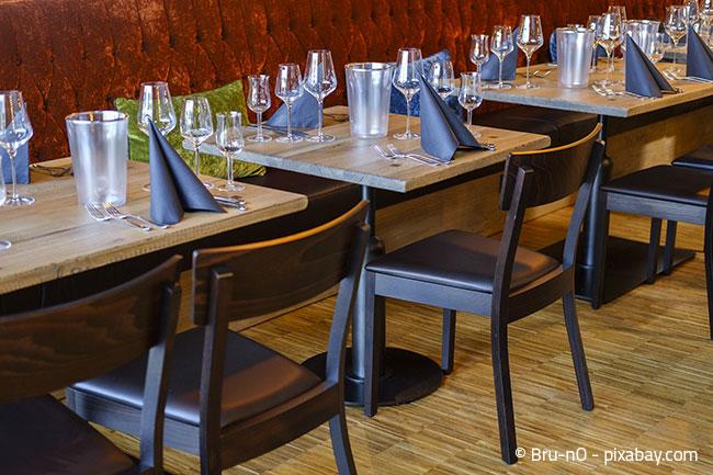 Modern aber dennoch bequem: Holzstühle mit angenehm gepolsterter Sitzfläche