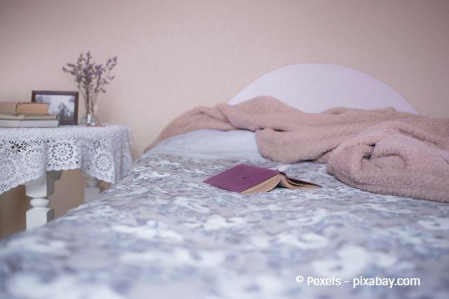 Rosé-Töne im Schlafzimmer können anregend und harmonisch wirken