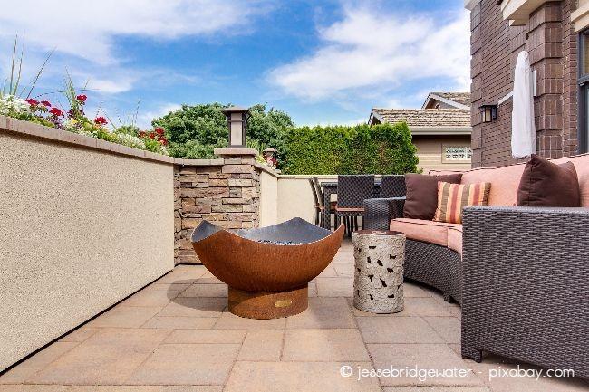 Räumen Sie zunächst alle Möbel und Pflanzen von Ihrer Terrasse, damit Sie auch wirklich in alle Ecken beim Putzen kommen
