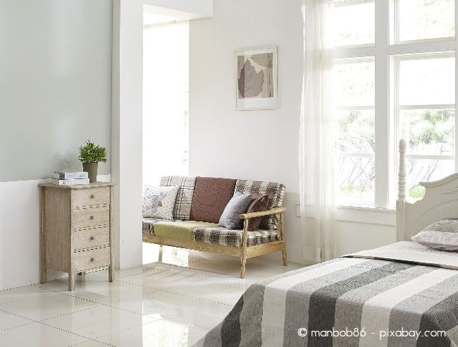 Das Bett sollte möglichst an drei Seiten frei zugänglich sein, um Hilfe beim Aufstehen oder Hinlegen zu ermöglichen