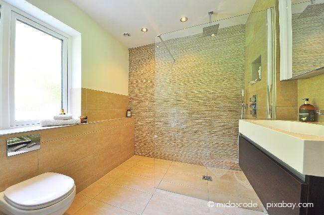 Eine bodengleiche Dusche ist praktisch für Senioren. Auch ausreichend Platz ist für das Rangieren mit einem Rollstuhl praktisch.