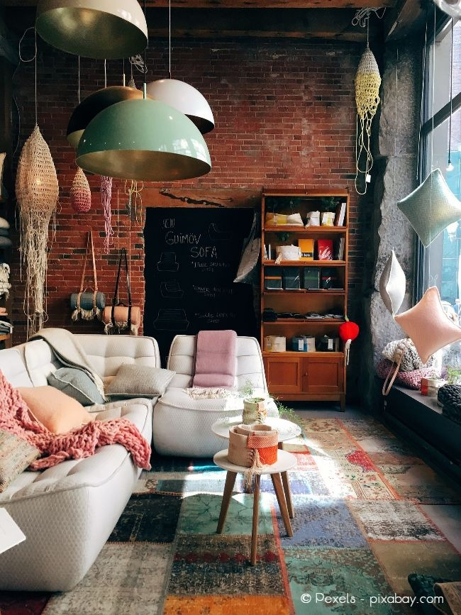 Große Lampen im Wohnzimmer zum Beispiel können Ihrem Raum ein besonderes Ambiente verleihen