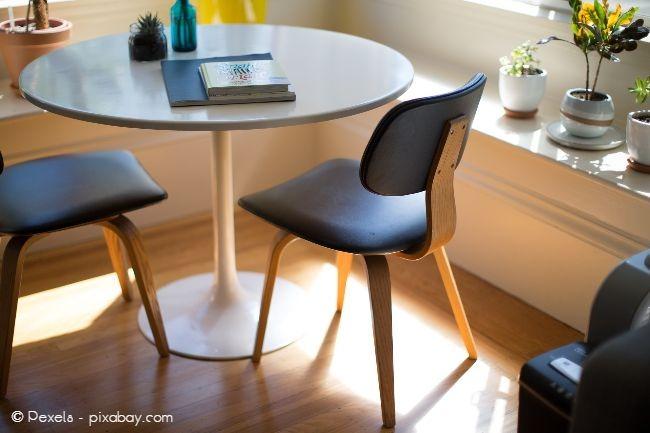Schützen sie Ihren Fußboden mit Filzgleitern an Stühlen und anderen Möbeln, um Schleifspuren zu vermeiden