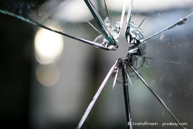 Zerbrochene Scheiben sollten Sie unmittelbar nach einem Einbruch mit einer Notverglasung ausstatten lassen