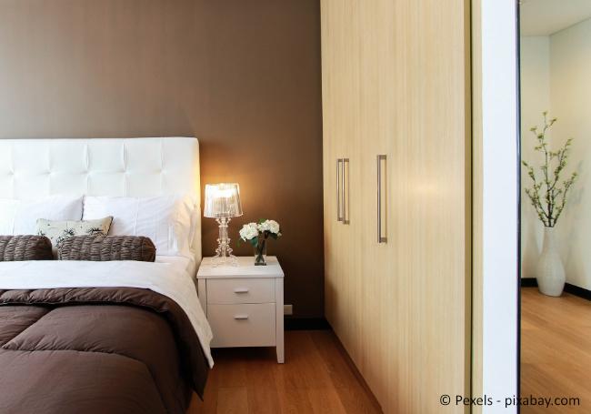 Platzieren Sie Ihr Bett am besten mit dem Kopfteil zur Wand