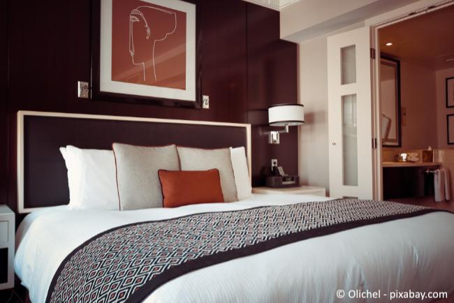 Für eine ruhige Stimmung sollten Sie darauf achten, dass in Ihrem Schlafzimmer keine Unordnung herrscht