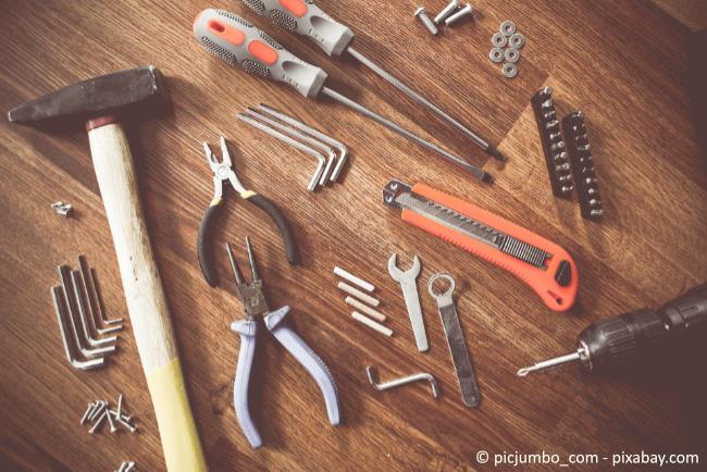 Mit dem richtigen Werkzeug und ein wenig Geschick können Sie sich ein Bücherregal auch ganz leicht selbst bauen.