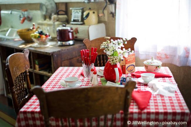Auf dem Küchentisch darf es in Sachen Deko ruhig ein wenig bunt zugehen.