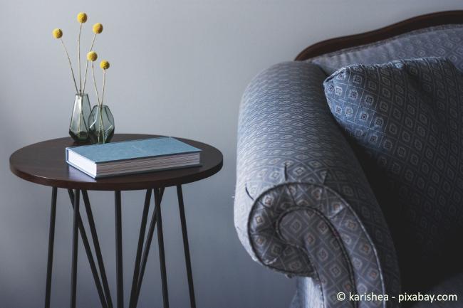 Verzichten Sie in einer Souterrain Wohnung auf dunkle Möbel, das drückt die Räume zusätzlich.