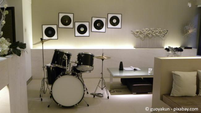 Indirekte Beleuchtungen wirken sehr ansprechend in einer Souterrain Wohnung.