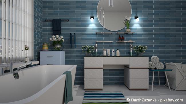 Mit einer Ziegeltapete, zum Beispiel im maritimen Blau, können Sie Ihrem Bad im Handumdrehen einen neuen Look verleihen.