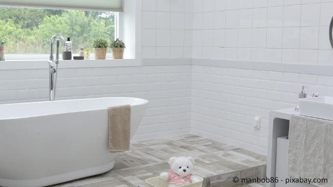 Weiße Fliesen in einem Badezimmer können schnell langweilig aussehen.