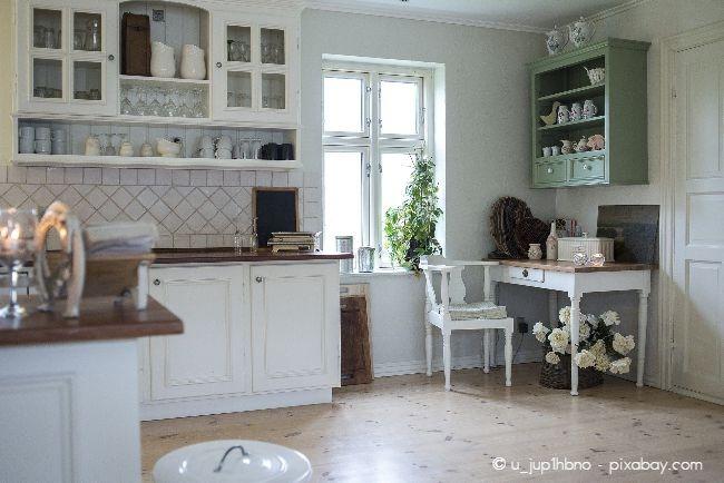 Wandregale in der Küche sind nicht nur schick, sondern auch praktisch, denn sie sorgen für zusätzlichen Stauraum.