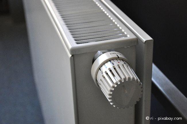 Stoßlüften spart Heizkosten, statt die ganze Zeit das Fenster auf Kipp zu lassen.