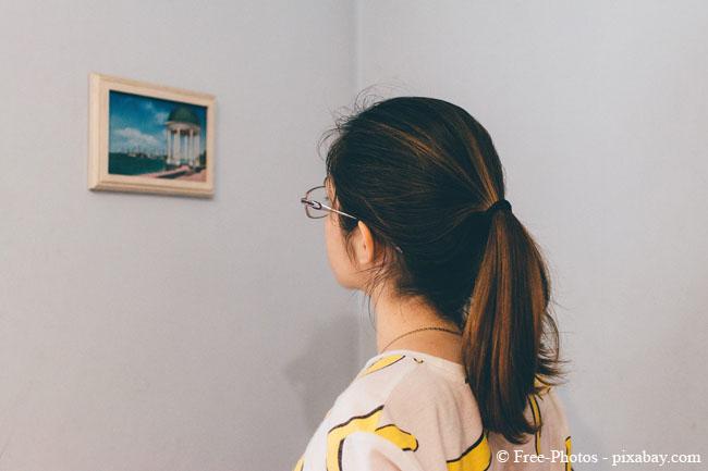 Achten Sie beim Aufhängen von Bildern darauf, ob das Bild eher aus stehender oder sitzender Position betrachtet wird.