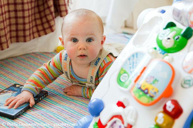Auch Spielzeug darf in einem Babyzimmer natürlich nicht fehlen, aber es sollte alles kindersicher sein.