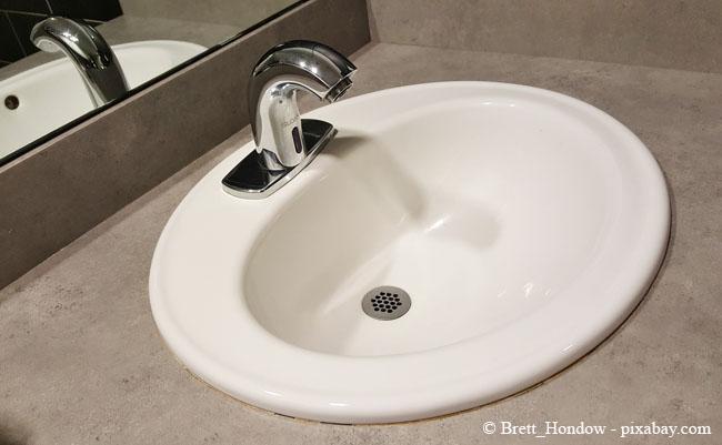 Auch im Badezimmer sammeln sich leicht Seifenreste und Haare im Abfluss, wenn er nicht mit einem Sieb geschützt wird.