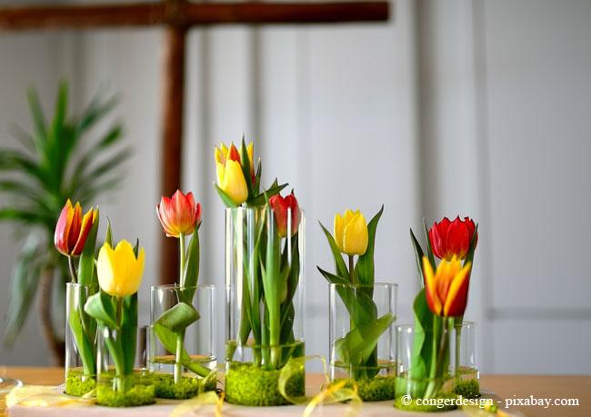 Frühblüher-Deko in Vasen zaubert eine wunderschöne Atmosphäre in Ihre vier Wände.