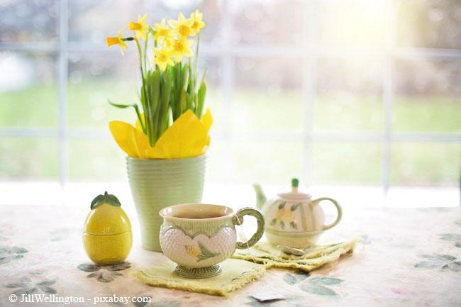 Ess- und Kaffeetisch erstrahlen mit nur wenigen Handgriffen im frühlingshaften Look.