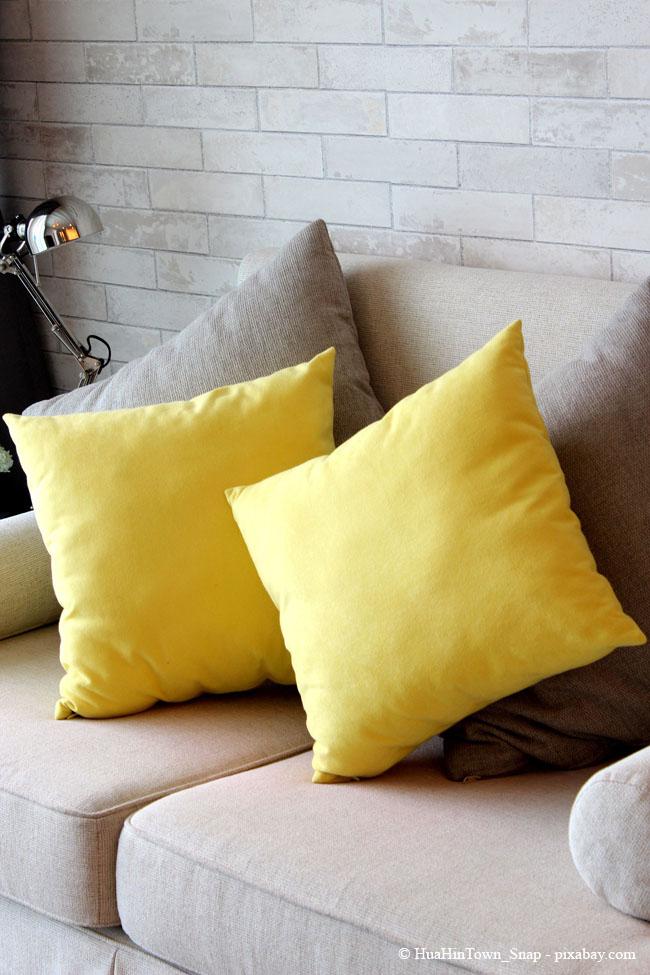 Farbige Kissen in kräftigen Farbtönen sind perfekt für den Frühling.
