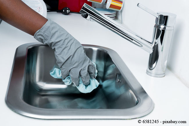 Reinigen Sie das Waschbecken und den Abfluss regelmäßig, damit dieser gar nicht erst verstopfen kann.