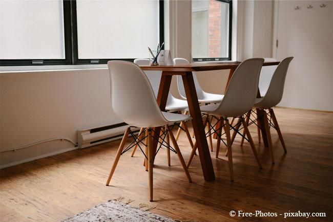 Pflegen Sie Ihre Holzmöbel, damit diese auch nach Jahren noch schön aussehen.