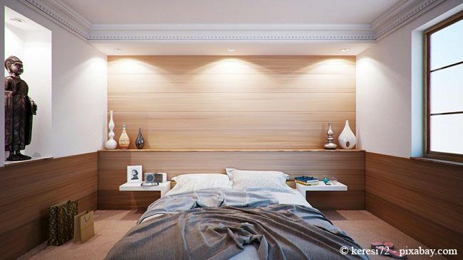 Verkleiden Sie beispielsweise nicht alle Wände mit Holz, sondern setzen Sie lediglich an einer Wand Akzente.